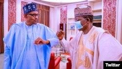 Buhari, hagu da Gwamna Matawalle, dama yayin wata ziyara da ya kai fadar shugaban kasar a watan Fabrairu (Twitter/Matawalle)