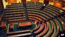 工作人員星期一在開羅的埃及國會進行清潔工作