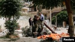 Halep'te el yapımı havan topu hazırlayan el Nusra savaşçıları