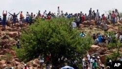 Grève à la mine de d'Ashanti à Fochville près de Johannesburg, Afrique du Sud, 19 octobre 2012. (AP Photo/Themba Hadebe)