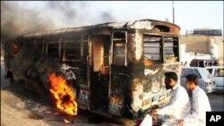 کراچی میں 5 افراد قتل، 25 گاڑیاں نذرِآتش