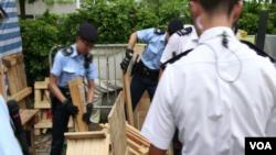 香港警方開始清除立法會門外抗議營地的物件。(視頻額圖)