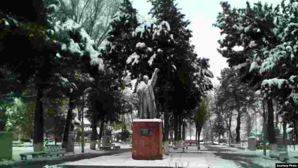 Lenin haykallari Tojikistonning ko'plab nohiyalarida hanuz topiladi.