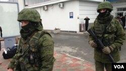 俄罗斯军队在克里米亚机场巡逻