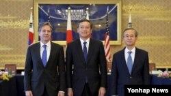 16일 협의에 앞서 미한일 외교차관이 포즈를 취하고 있다.