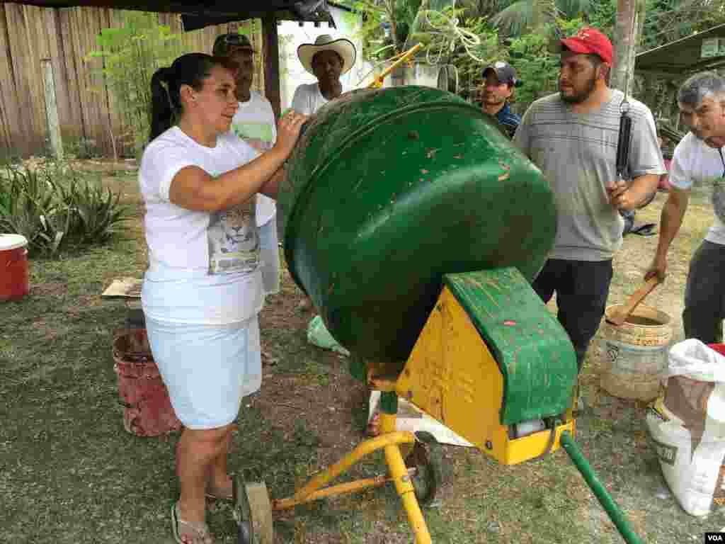 Hortensia García es la única mujer que participa en la capacitación ofrecida en el taller de bloques nutricionales de CADER El Caoba. Los bloques permiten hacer más productivo al ganado y reducir el impacto económico de las depredaciones a cargo de jaguraes. [Foto: Verónica Balderas, VOA].