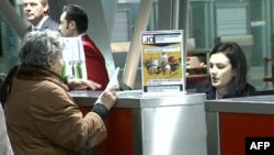 Qytetarët e parë shqiptarë udhëtojnë vetëm me pasaportë biometrike