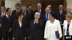 Cumhurbaşkanı Dimitris Hristofyas yeni Dışişleri Bakanı Erato Kozaku Markulli (beyaz giysili) ve diğer bakanlarla (5 Ağustos 2011)