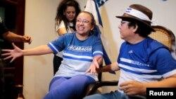 Wartawati Nikaragua Lucia Pineda Ubau dan rekannya, Miguel More, direktur 100% Noticias, yang ditangkap Desember 2018 atas tuduhan menghasut kebencian pada pemerintahan Ortega, berbicara kepada wartawan setelah bebas dari penjara di Managua, Nikaragua, 11