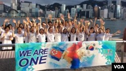"""""""国际和平青年组织""""(International Peace Youth Group, IPYG)志愿者在香港尖沙咀举行活动 (美国之音记者申华 拍摄)。"""