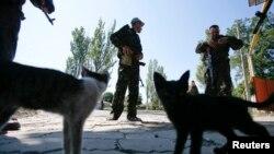 Pemberontak pro-Rusia berjaga-jaga di pos pemeriksaan di luar Donetsk 6 September 2014.