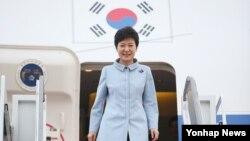 박근혜 한국 대통령이 3박4일간의 중국 방문을 마치고 30일 경기도 성남 서울공항을 통해 귀국하고 있다.