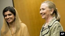 8일 일본 도쿄에서 회담한 힐러리 클린턴 미국 국무장관과 이나 라바니 카르 파키스탄 외무장관.