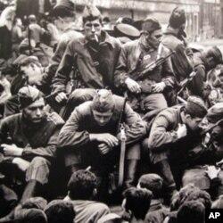 布拉格群众围堵苏联军车