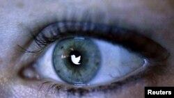La mayoría de la gente usa Twitter a través de aplicaciones en sus teléfonos celulares o a través de la página web de la compañía.