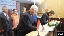 Penandatanganan MOU oleh Gubernur Kalimantan Timur, Awang Faroek, dan Direktur Kalimantan Rail PTE Ltd. Dr. Andrey Shigaev di Jakarta Selasa (7/2).