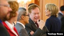 로버트 킹 미 북한인권특사가 지난 12일 서울인권회의 참석자들과 대화하고 있다. (자료사진)