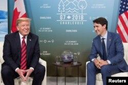 El presidente de EE.UU., Donald Trump y el primer ministro de Canadá, Justin Trudeau durante una conversación al margen de la Cumbre del G7 en Canadá. Junio 8 de 2018.