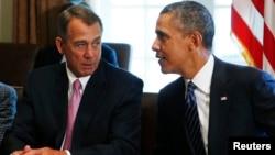 El presidente Barack Obama flanqueado por el presidente de la Cámara de Representantes, John Boehner, habla sobre sus planes de ataque contra Siria.