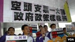 公民黨星期四在立法會外抗議梁振英的施政報告