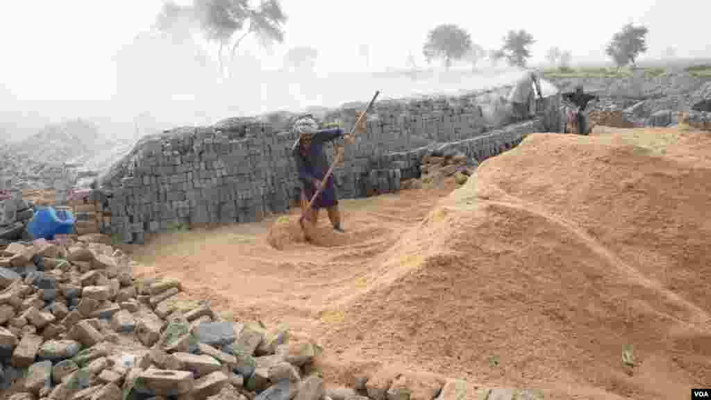 سندھ کے شہر قمبر میں سڑک کنارے جگہ جگہ اینٹیں بنانے کی بھٹیاں دکھائی دیتی ہیں۔
