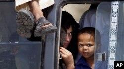 Des personnes arrivent à Bannu, au Pakistan, le 18 juin 2018.