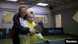 Peserta program tenis meja untuk penderita Alzheimer dan demensia di pusat tenis meja Arthur Gilbert di Los Angeles, California. (Foto: Dok)
