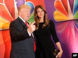 电视节目《名人学徒》的主持人川普和妻子梅兰尼亚在纽约雷电华城音乐厅参加NBC广播电视网举办的节目介绍会(2012年5月14日)