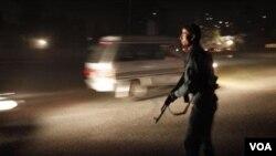 Seorang polisi Afghanistan berjaga-jaga di sebuah perempatan dekat hotel Intercontinental di Kabul, yang diserang Selasa (28/6).
