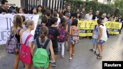 Students enter Luis Vives secondary school as teachers protest cuts in public education in Valencia, Spain, September 14, 2012.