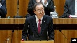 Sekjen PBB Ban Ki-moon berbicara di depan majelis rendah parlemen Austria di Wina, hari Kamis (28/4).