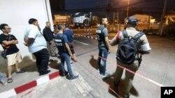 تھائی لینڈ کے پولیس اہل کار نکون راچا سمیا کے شاپنگ مال کے قریب حملہ آور کو ڈھونڈ رہے ہیں۔ 8 فروری 2020