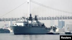 Kapal perang AL Inggris HMS Albion, tiba di pelabuhan Harumi, Tokyo, Agustus tahun lalu (foto: ilustrasi). Inggris ingin membangun pangkalan di Asia Tenggara.