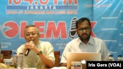 Arsul Sani, Anggota Komisi III DPR RI (kiri) dan Haris Azhar, Koordinator Badan Pekerja KontraS (kanan), dalam diskusi terkait perlakuan polisi terhadap KPK di Jakarta, Sabtu, 2 Mei 2015 (Foto: VOA/Iris Gera)
