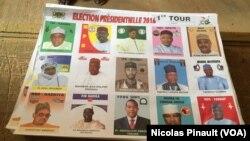 Liste des candidats au premier tour de l'élection présidentielle dans un bureau de vote à Niamey, Niger, 21 février 2016.