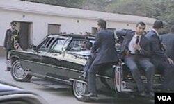 Hosni Mubarak u predsjedničkom vozilu okružen tjelohraniteljima