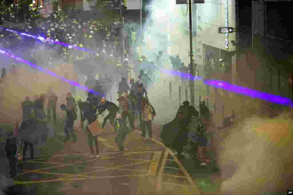 معترضان به دخالت های چین در امور هنگ کنگ روز یکشنبه هم به خیابان آمدند اما با برخورد پلیس مواجه شدند.