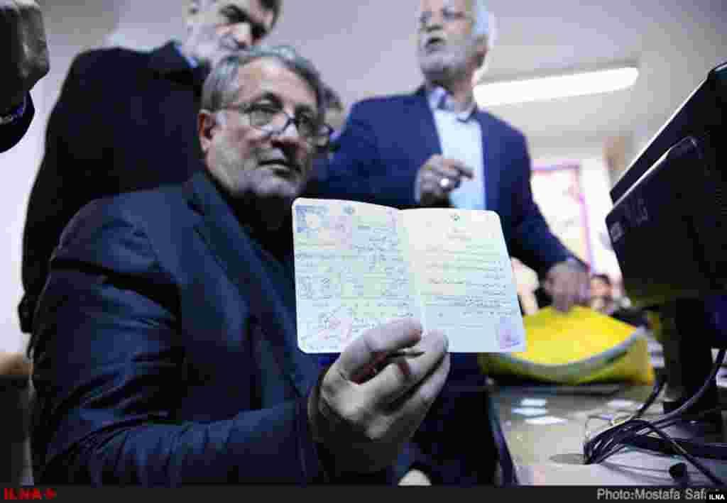 ششمین روز ثبت نام از داوطلبان انتخابات شوراها با حضور محسن هاشمی. عکس: مصطفی صفری