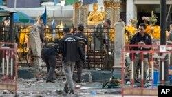 18일 수사관들이 태국 방콕의 폭탄 공격 현장을 수색하고 있다,