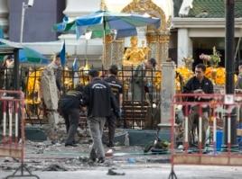 Cảnh sát điều tra hiện trường đền thờ Erawan một ngày sau vụ đánh bom giết chết ít nhất 22 người và làm bị thương 120 người khác.
