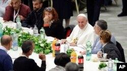 Giáo hoàng Francis ăn trưa với người nghèo và vô gia cư năm 2018.