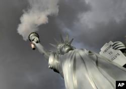 Replika Patung Liberty oleh artis Denmark, Jens Galschiot, mengeluarkan asap di luar lokasi Konferensi Perubahan Iklim di Bonn, Jerman, 17 November 2017.