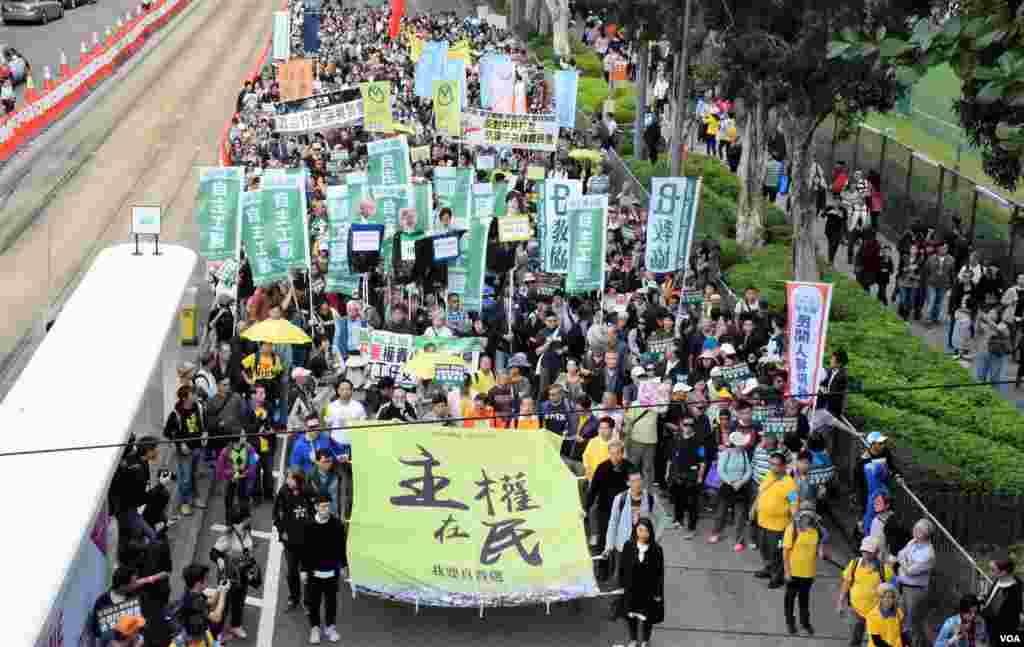 香港团体民间人权阵线发起元旦民主示威。主办者表示有9100多人参加,但香港警方估计顶多有4800人。 ( 2017年1月1日,美国之音湯惠芸拍摄)