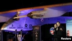 Pilot Andre Borschberg (kanan) dan Bertrand Piccard memberikan keterangan pers tentang pesawat Solar Impulse di California (foto: dok).