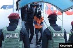 Salah seorang dari 26 terduga teroris yang ditangkap di Makassar dan Gorontalo, diterbangkan ke Jakarta, Kamis (4/2). (Photo Courtesy : Mabes Polri )