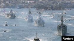 Tàu HMAS Sydney dẫn đầu đoàn tàu chiến của Hải quân Hoàng gia Australia tiến vào cảng Sydney. (Ảnh tư liệu của Reuters năm 2013).