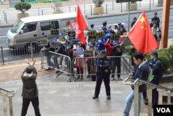 有親建制派團體到法院支持警方,與支持學生的人士針鋒相對。(美國之音湯惠芸)