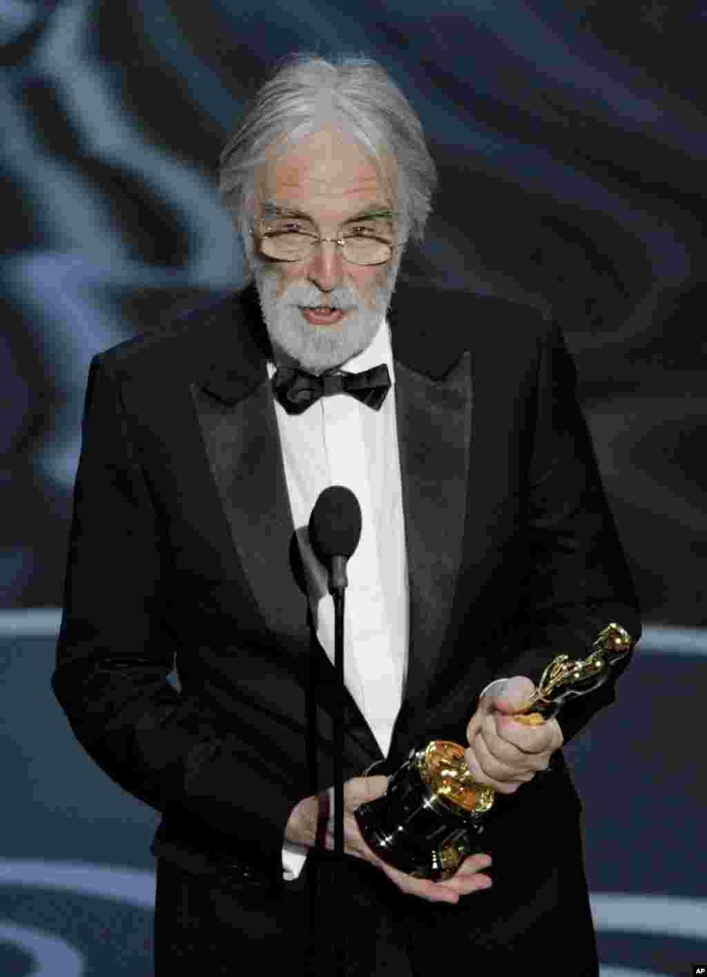 """Michael Haneke acepta el premio Oscar en la categoría de Mejor Película Extranjera por """"Amour"""" de Austria."""