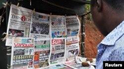 지난 18일 나이지리아 아부자의 가판대에 납치된 여학생들에 관한 기사를 다룬 신문들이 진열돼있다. (자료사진)