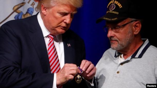 Ông Trump nhận huân chương của một Trung tá hồi hưu trong một cuộc tụ họp ở Ashburn, Virginia, 2/8/2016.